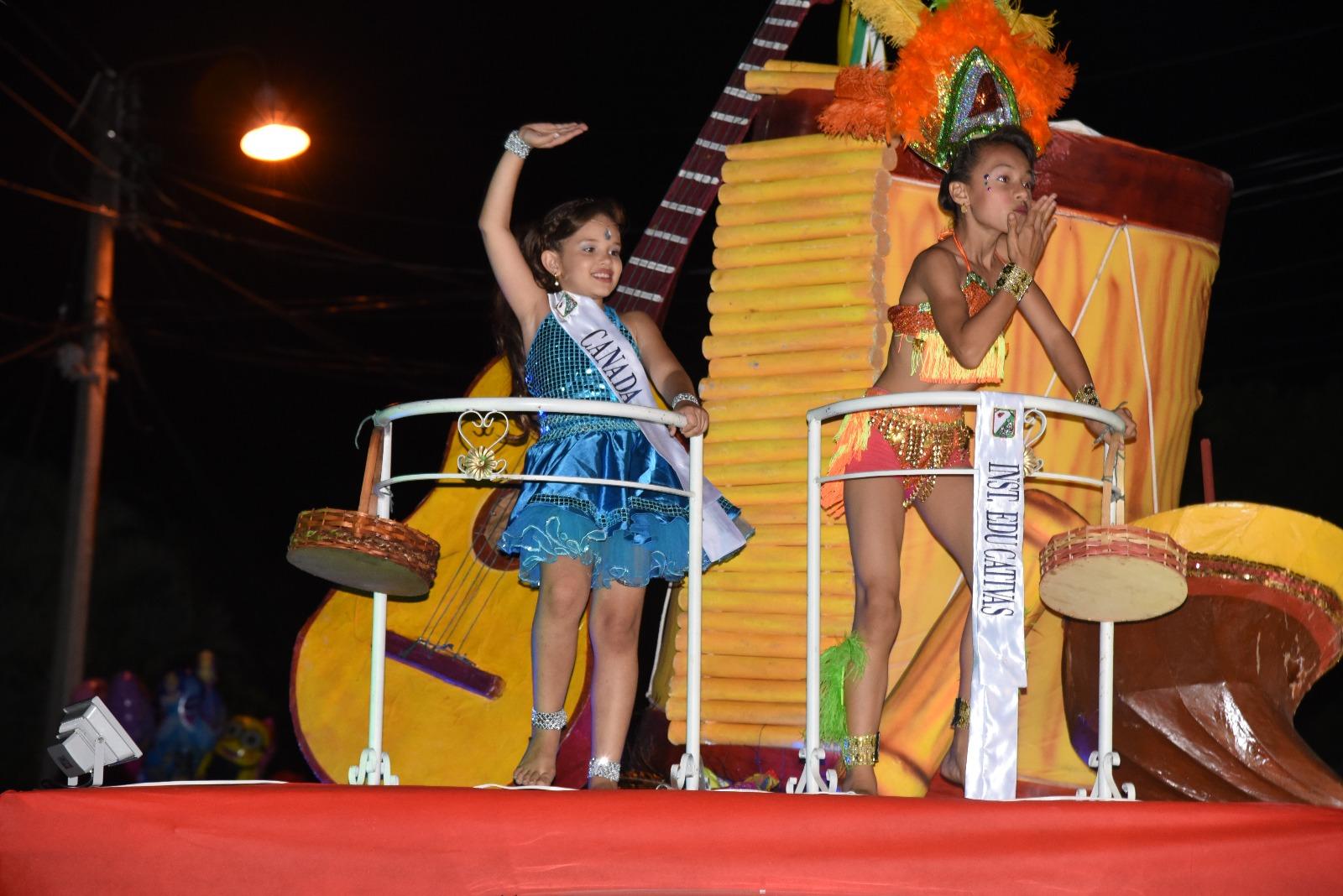desfile nocturno niña rivera